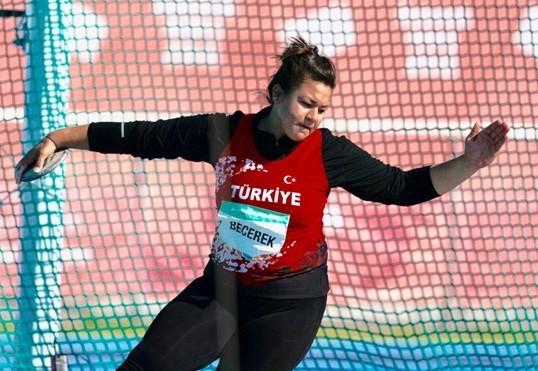 Özlem Becerek toplamda 103.86'lık derecesiyle bronz madalyanın sahibi oldu