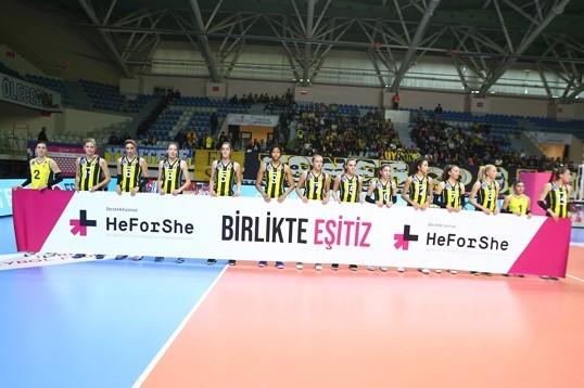 """Sarı Melekler karşılaşmaya """"HeForShe, Birlikte Eşitiz"""" pankartıyla çıktı"""